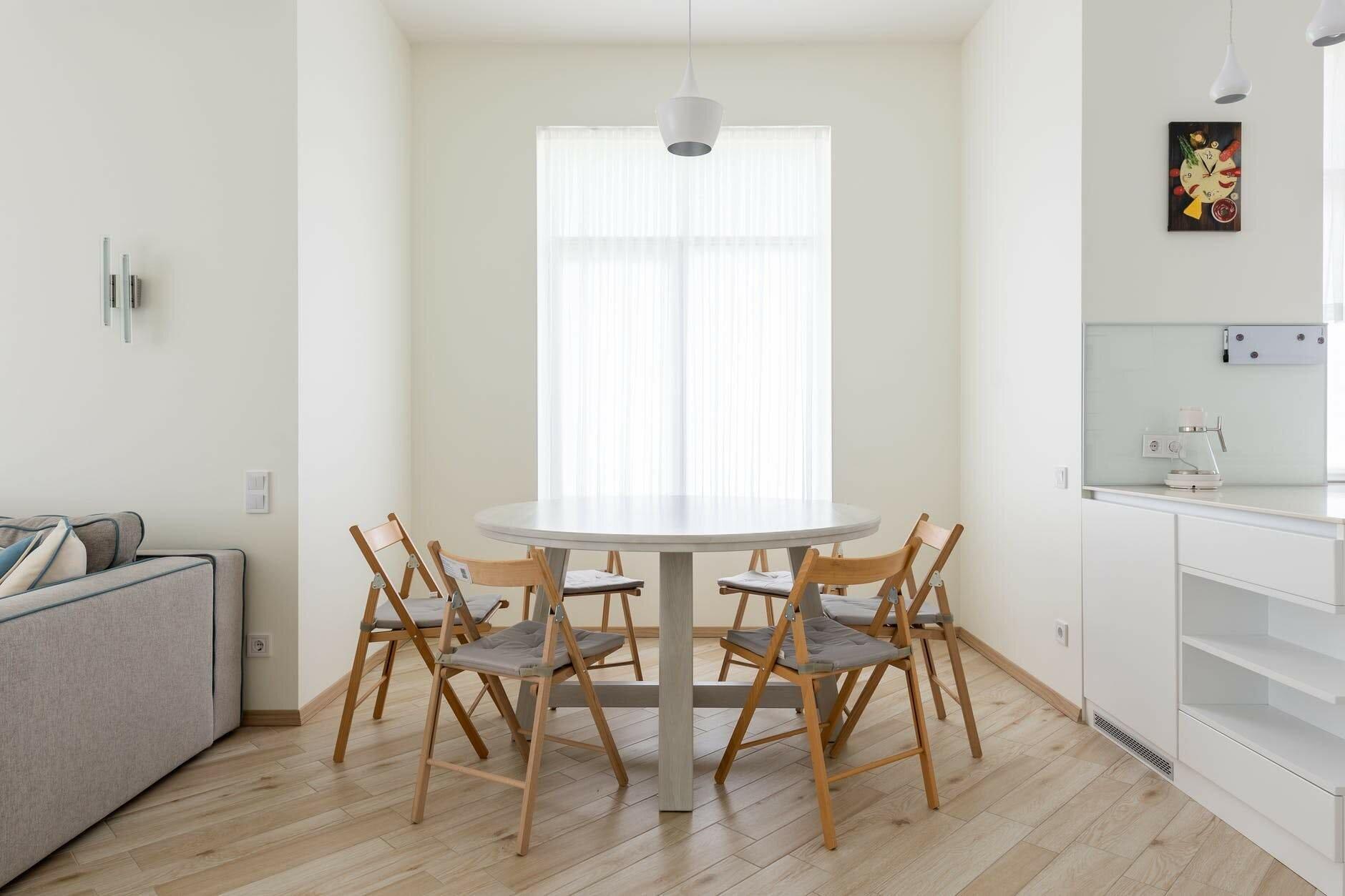 Обирайте круглі та стійкі меблі