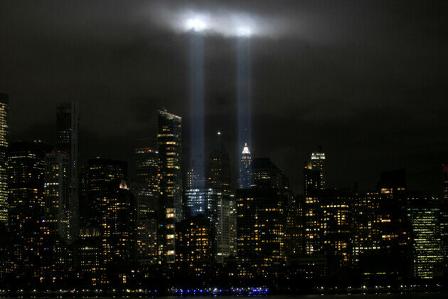 Накануне 19-й годовщины теракта 11 сентября 2001 года на Всемирный торговый центр в Нью-Йорке место расположения башен-близнецов подсветили огнями. / Фото: Reuters