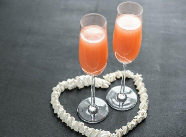 Коктейль из шампанского с персиковым пюре
