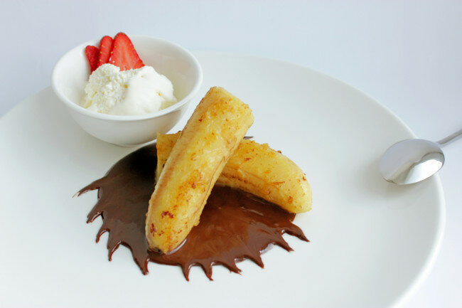 Жареные бананы с мороженым и шоколадным соусом