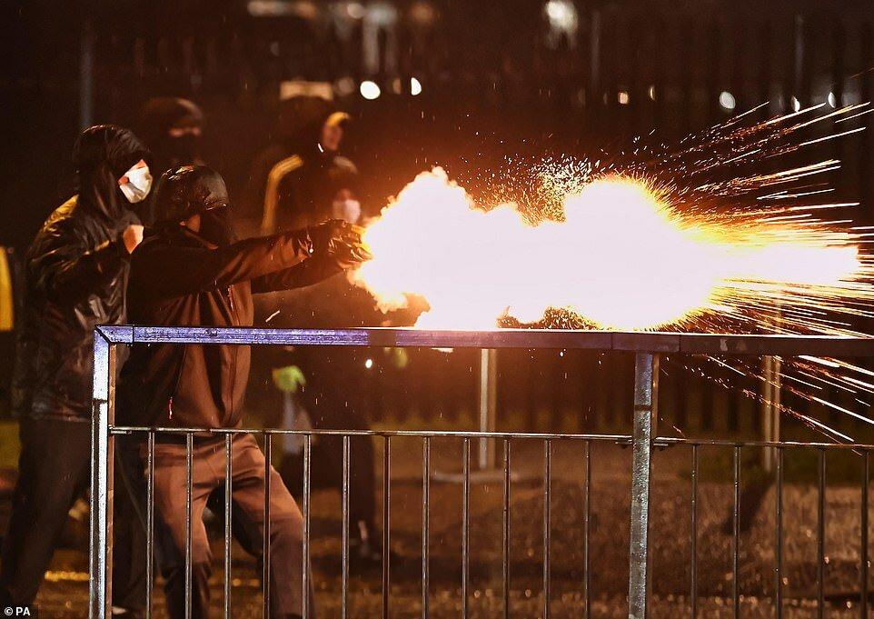 Сегодня вечером в Белфасте снова вспыхнуло насилие, когда молодые люди стали бросать бомбы с зажигательной смесью в полицейских, что было описано как худшие беспорядки за последние годы.