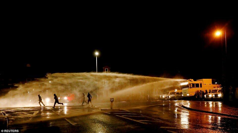 PSNI использует водомет на дороге Спрингфилд во время дальнейших беспорядков в Белфасте сегодня вечером.