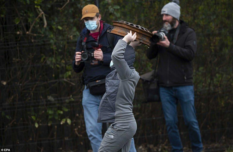 Во время столкновений видно, как один из участников беспорядков подбрасывает какой-то предмет в воздух Демонстрации продолжались до вечера.