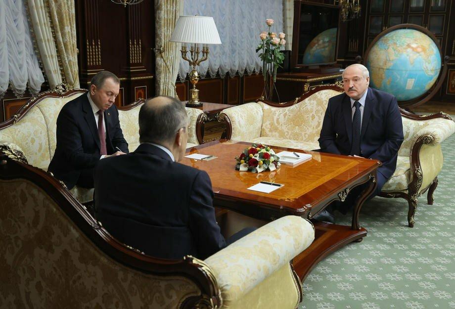 Президент Беларуси Александр Лукашенко и министр иностранных дел Беларуси Владимир Макей во время встречи с министром иностранных дел России Сергеем Лавровым в Минске, 26 ноября 2020 г.