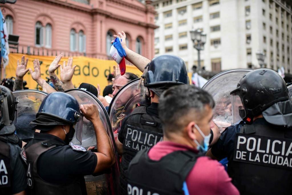 Полиция с трудом сдерживает натиск людей