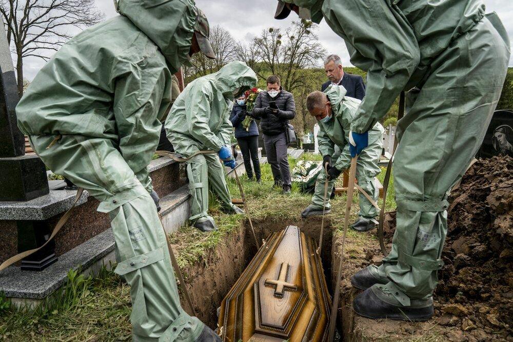 Похорон 71-річного Семена мучки, який помер від коронавируса, на кладовищі в Криниці