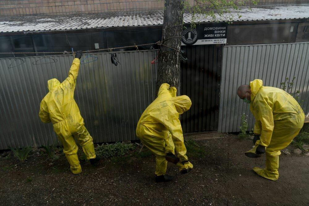 Патологоанатоми знімають костюми для захисту від коронавируса біля моргу в Тернополі