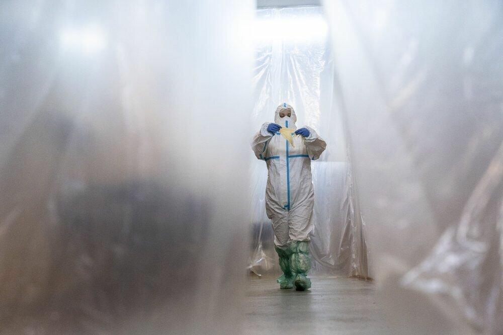 Лікар йде по коридору в відділенні інтенсивної терапії в обласній лікарні в Чернівцях