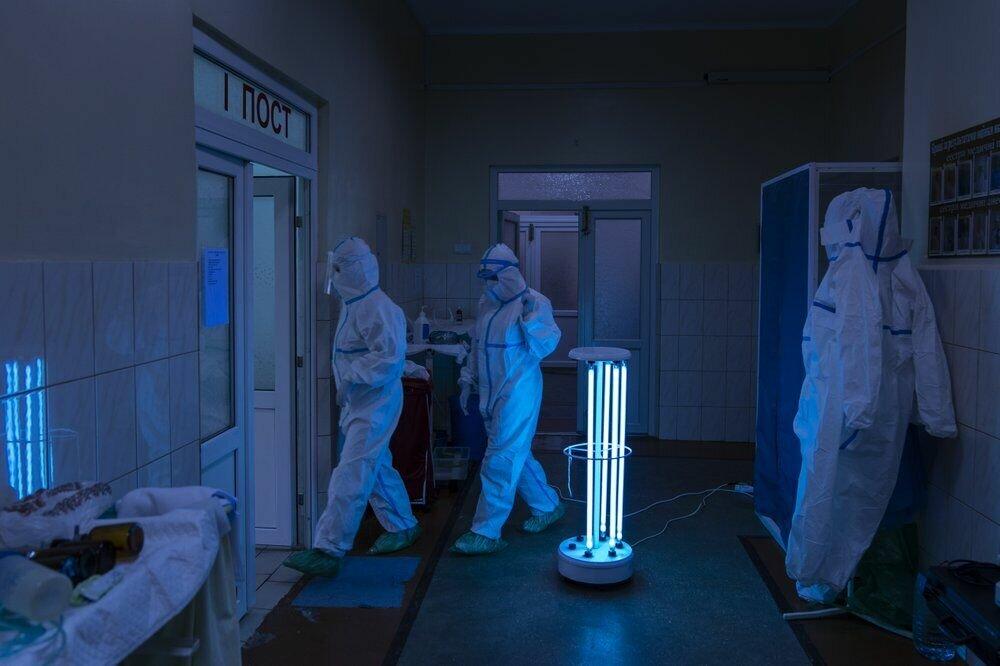 Дезінфікуючий коридор до відділення інтенсивної терапії в обласній лікарні в Чернівцях