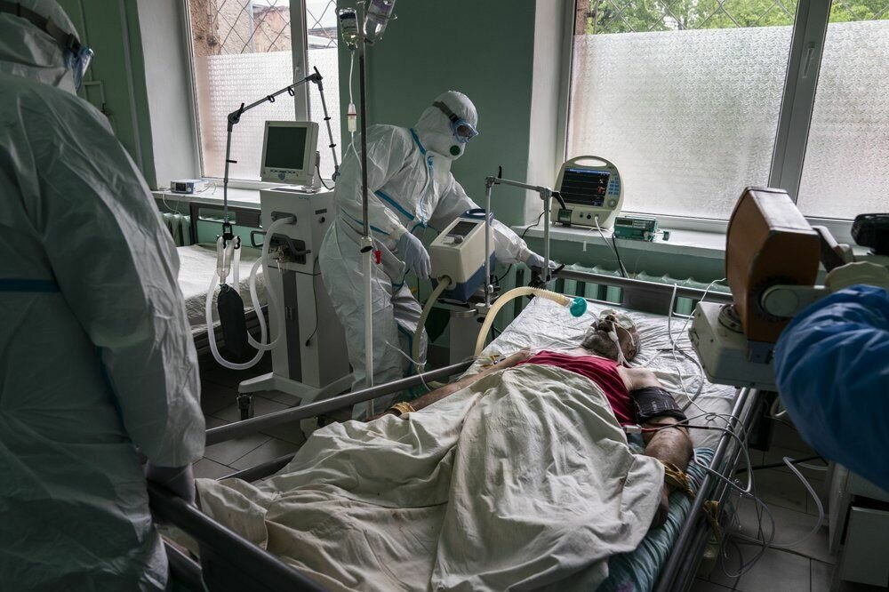Лікарі готують пацієнта з коронавірусів до рентгену легень у відділенні інтенсивної терапії в обласній лікарні в Чернівцях