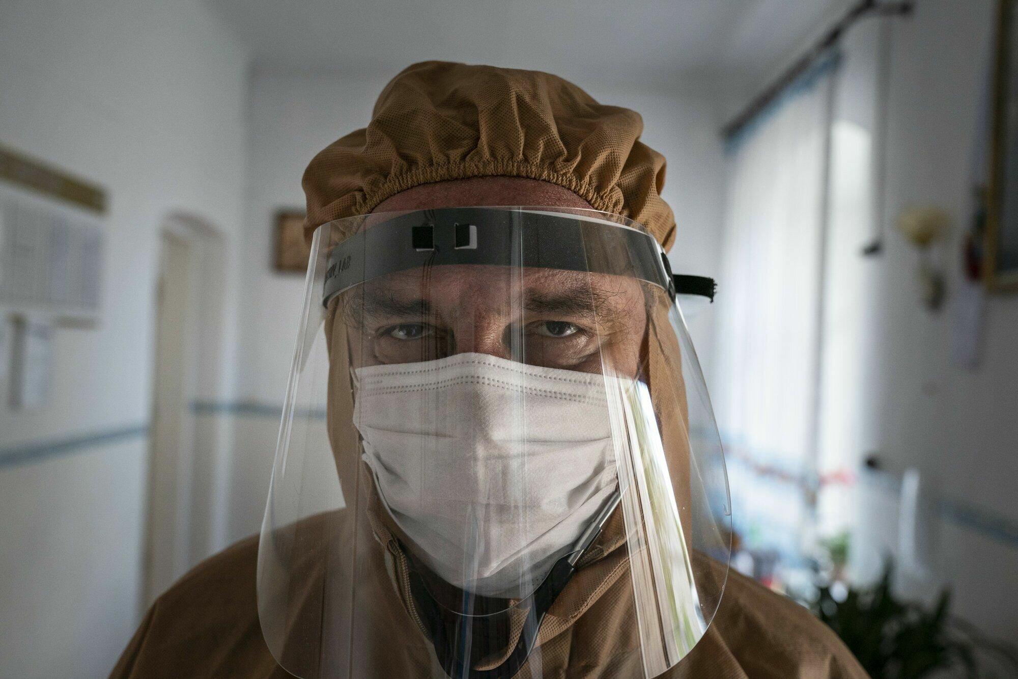 Лікар з лікарні в Почаєві