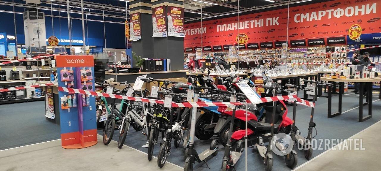 """В """"Эпицентре"""" запрещенные товары обнесли лентой. Киев"""