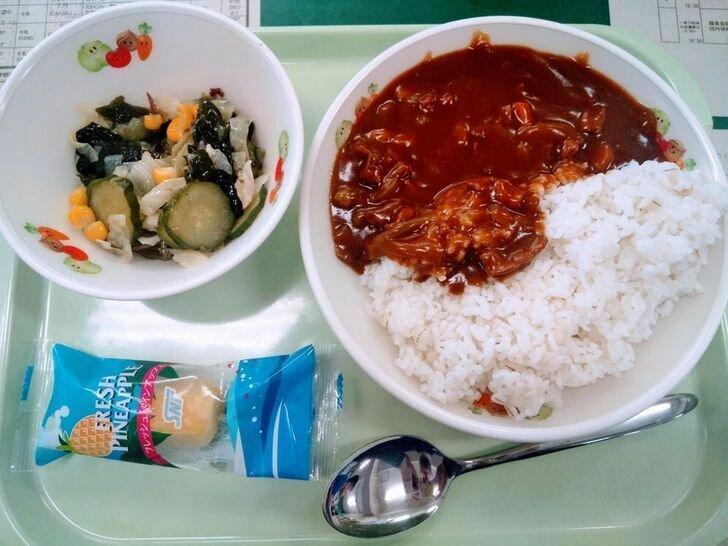 Обед в японской школьной столовой.