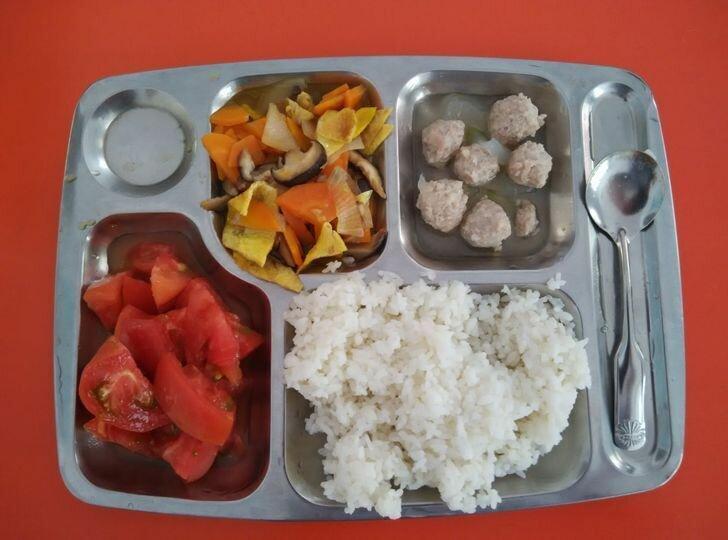 Еще один обед из одной из школ Китая.