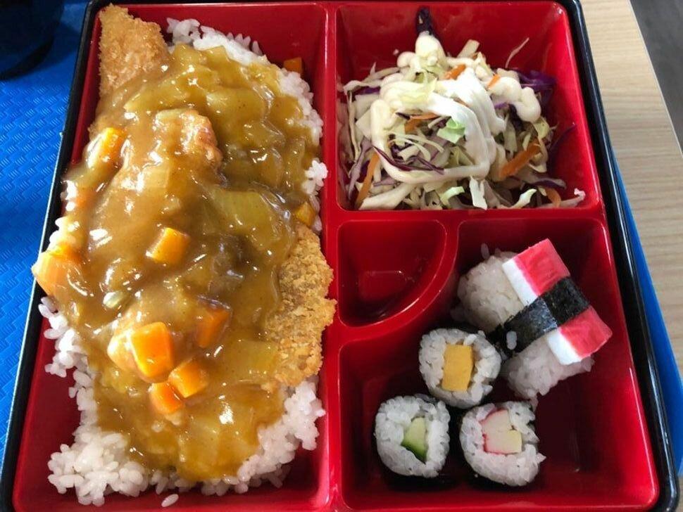 Обед в школьной столовой в Гонконге (Китай).