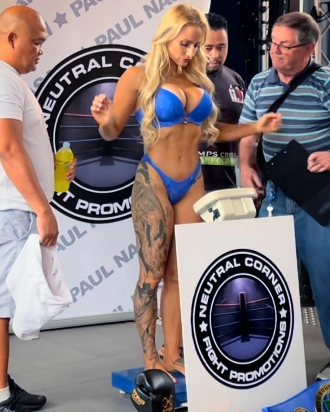 Ебанi Бриджес на взвешивании в синий билизнi