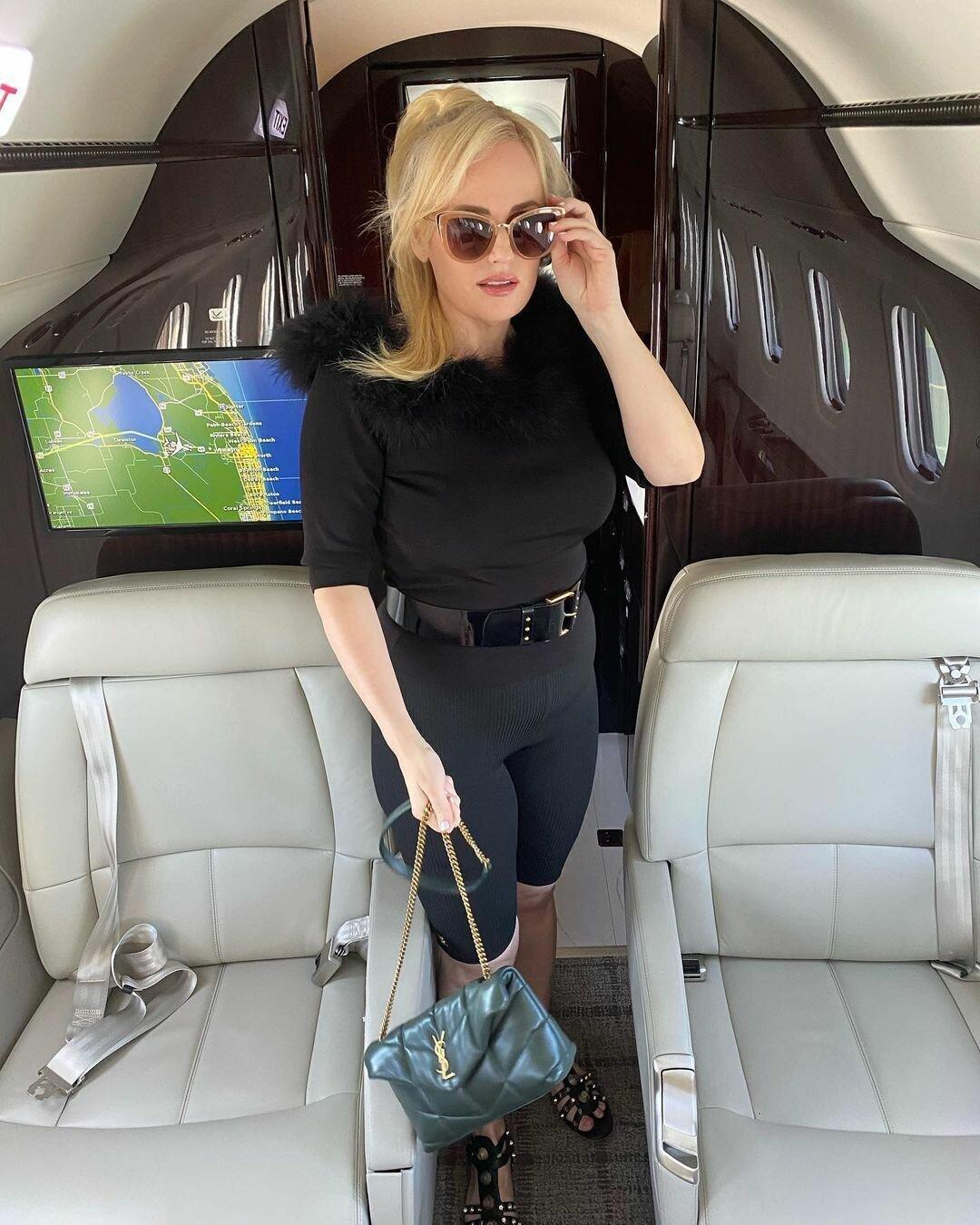 Уилсон позировала на борту частного самолета