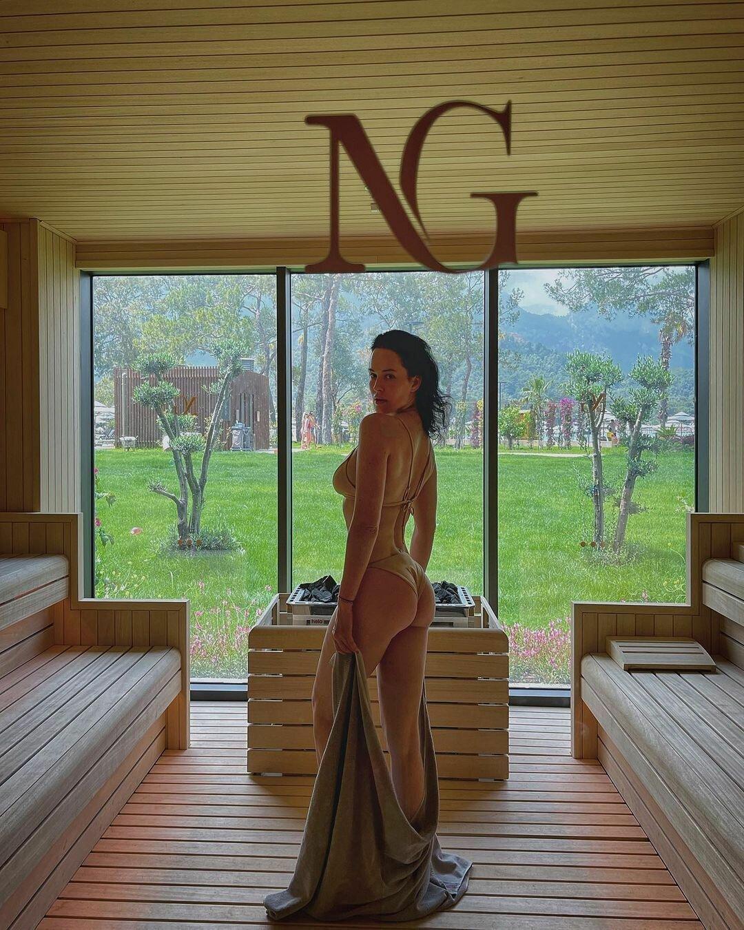 Даша Астафьева позирует в откровенном купальнике