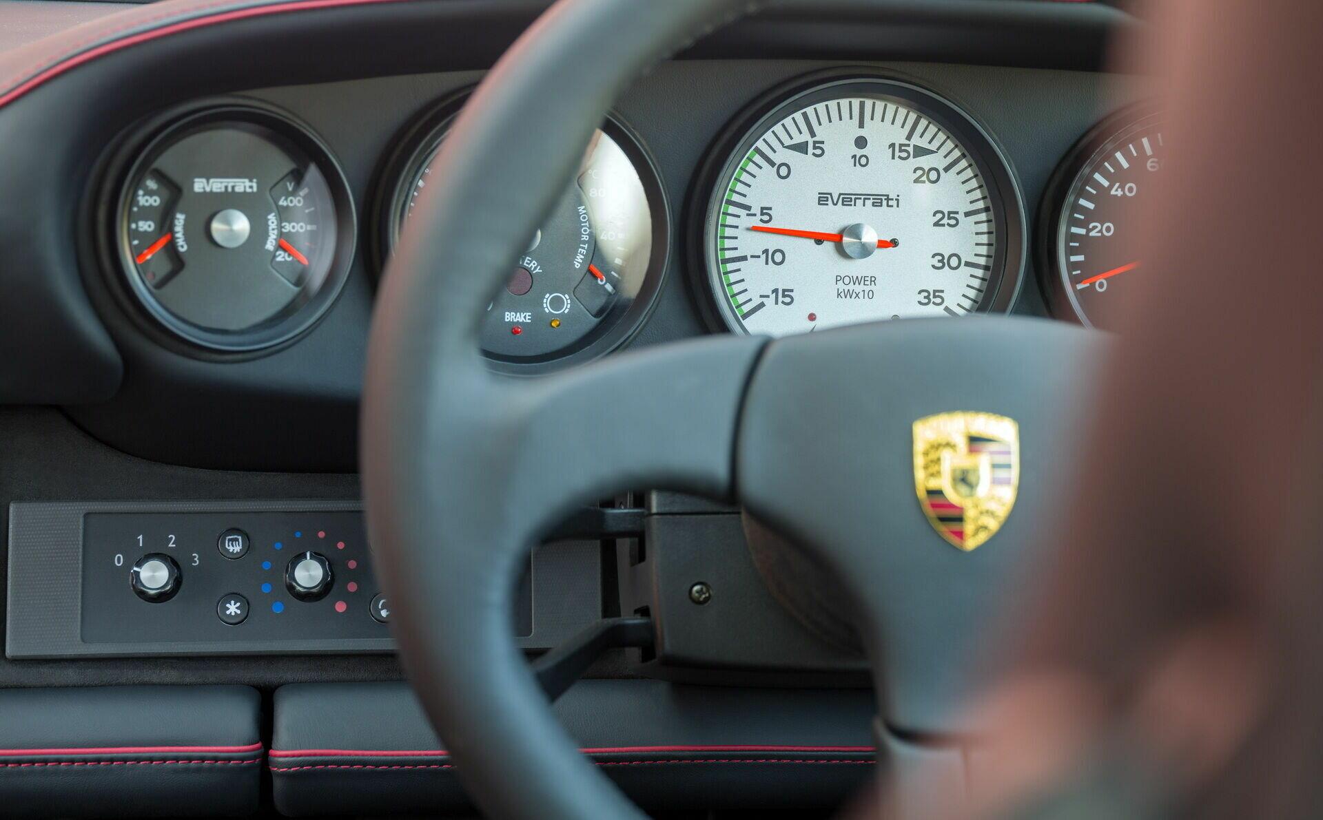 Все приборы выполнены в стилистике Porsche