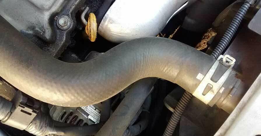 Причины перегрева двигателя можно определить по верхнему патрубку радиатора