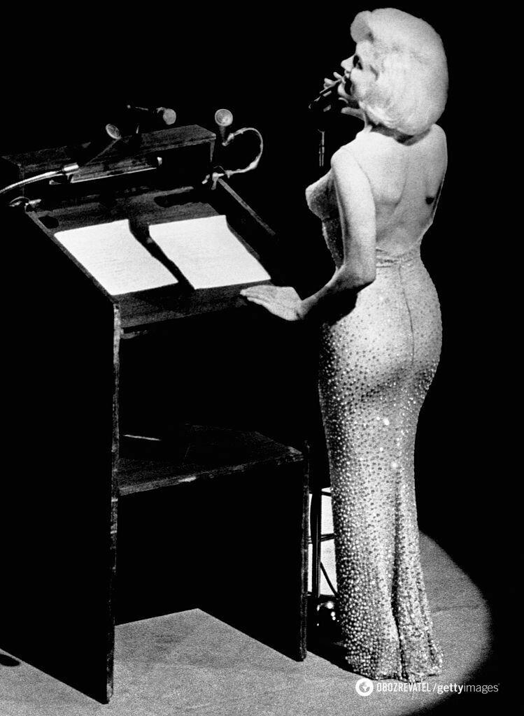 """""""Голое"""" платье, в котором дива выступала на дне рождении Кеннеди."""