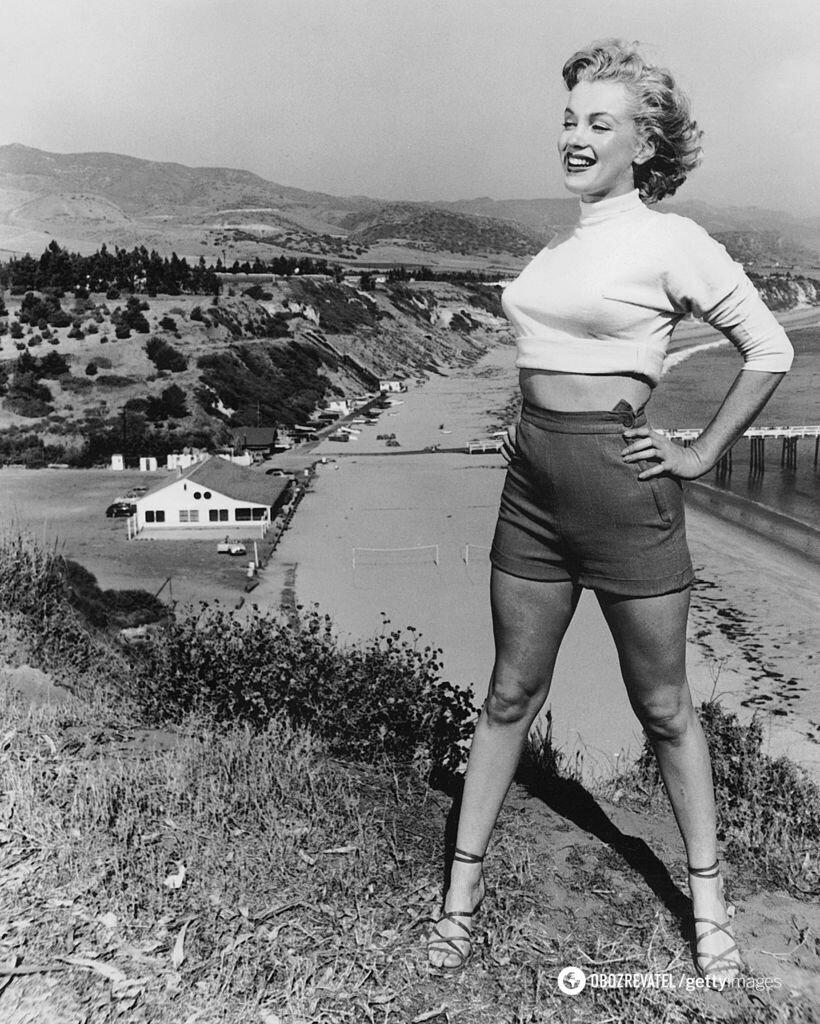 Мэрилин надела короткую водолазку, босоножки и шорты с высокой посадкой.