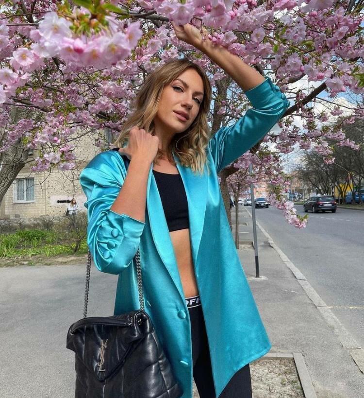 Леся Никитюк позирует в голубом оверсайз жакете.