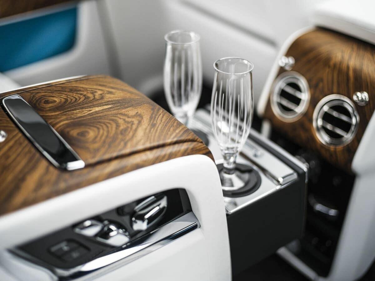 У BMW есть технология автоматического наполнения бокалов шампанского
