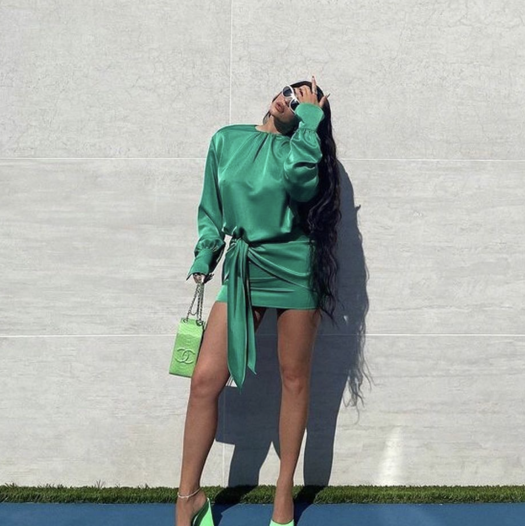 Кайли Дженер надела монохромный зеленый образ.