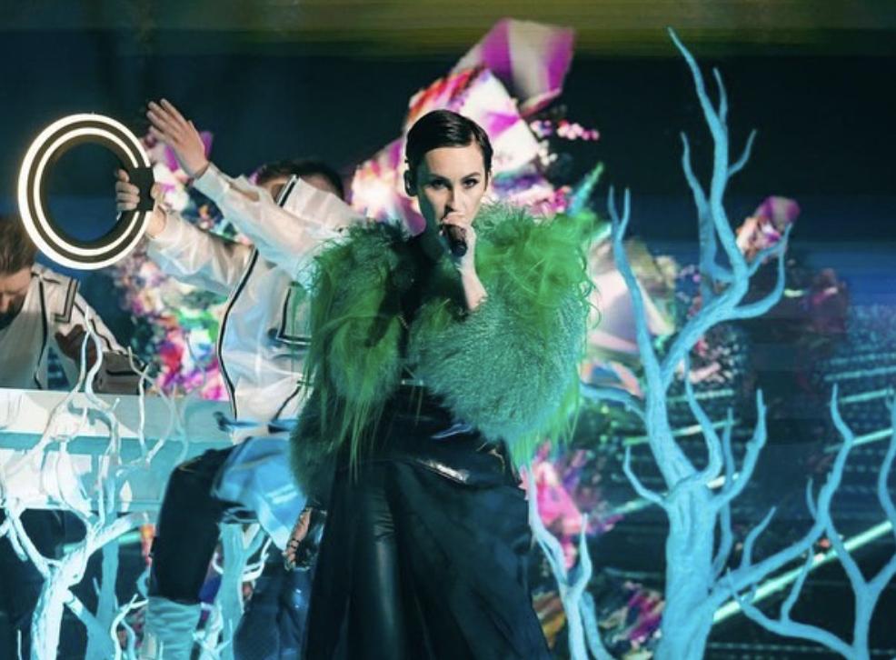 Екатерина Павленко в зеленой экошубе.