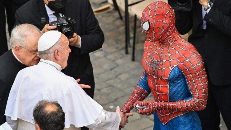 Мужчина в костюме супергероя рассказав Папе Римскому о своей миссии