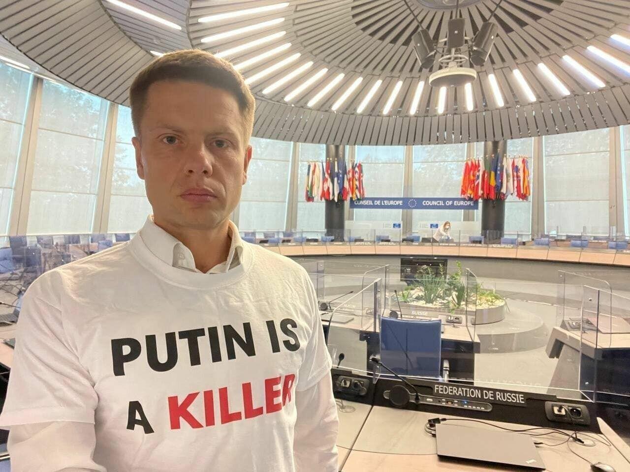 """Гончаренко в футболці """"Путін вбивця""""."""