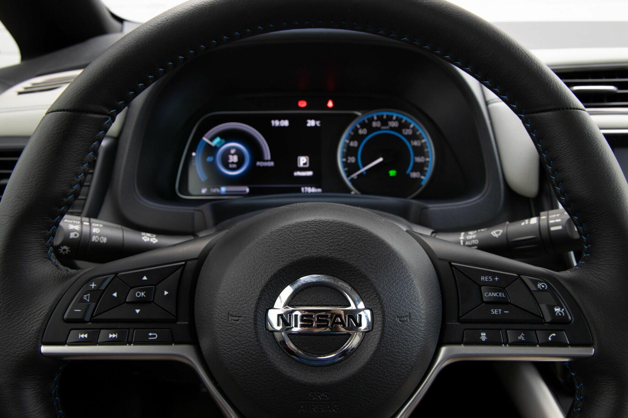 Руль обильно снабдили массой кнопок для управления вспомогательными функциями и системами
