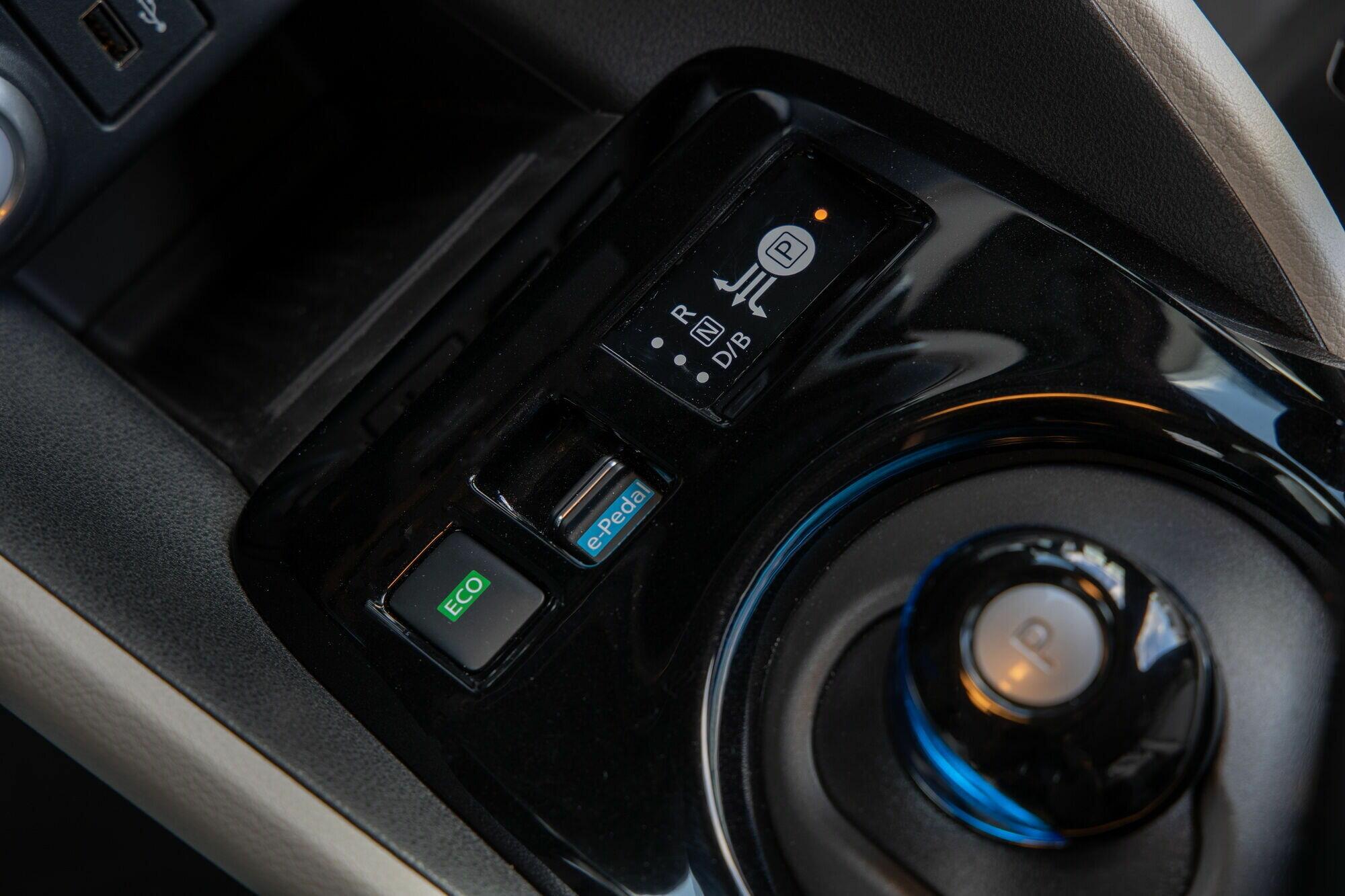 За переключение режимов движения отвечает оригинальный джойстик на трансмиссионном тоннеле, а активировать e-Pedal можно с помощью кнопки