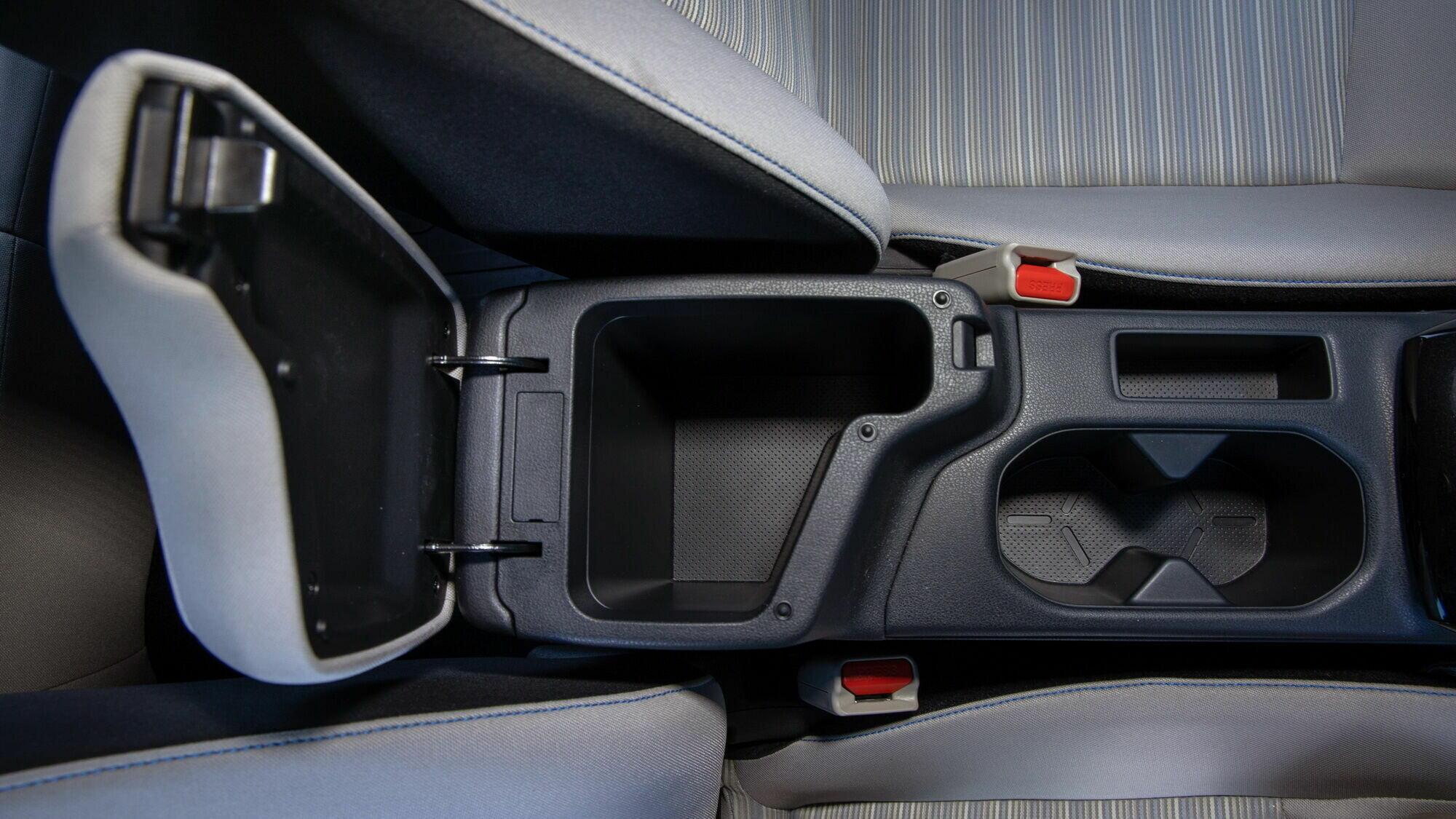В машине достаточно различных отделений для мелочей, включая вместительный перчаточный ящик и отделение в переднем подлокотнике