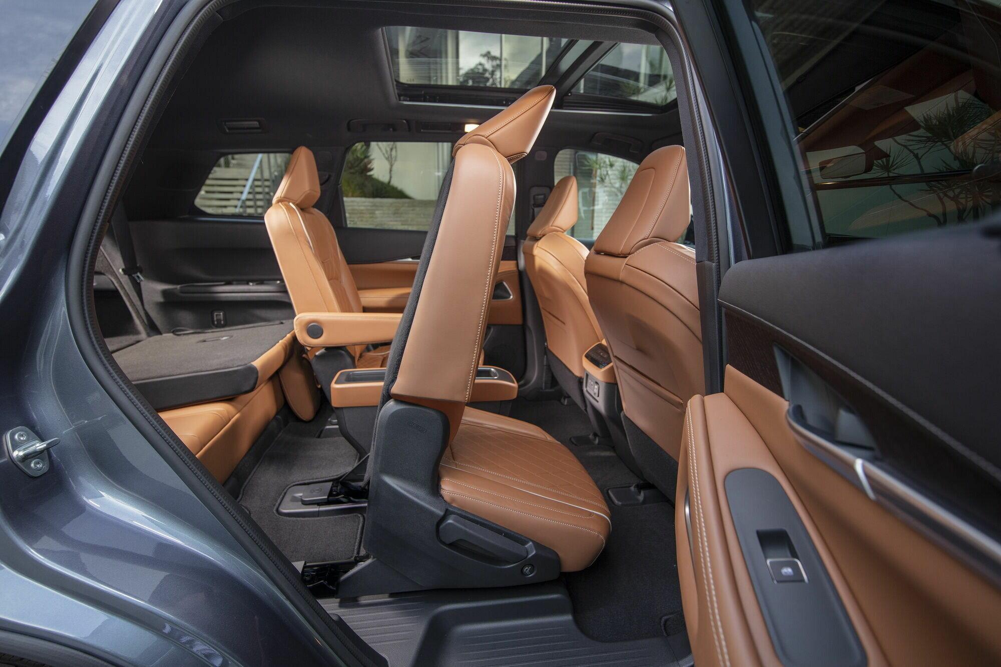 Покупатели могут заказать 6- или 7-местную конфигурацию салона – с двумя индивидуальными креслами во втором ряду или с трехместным диваном
