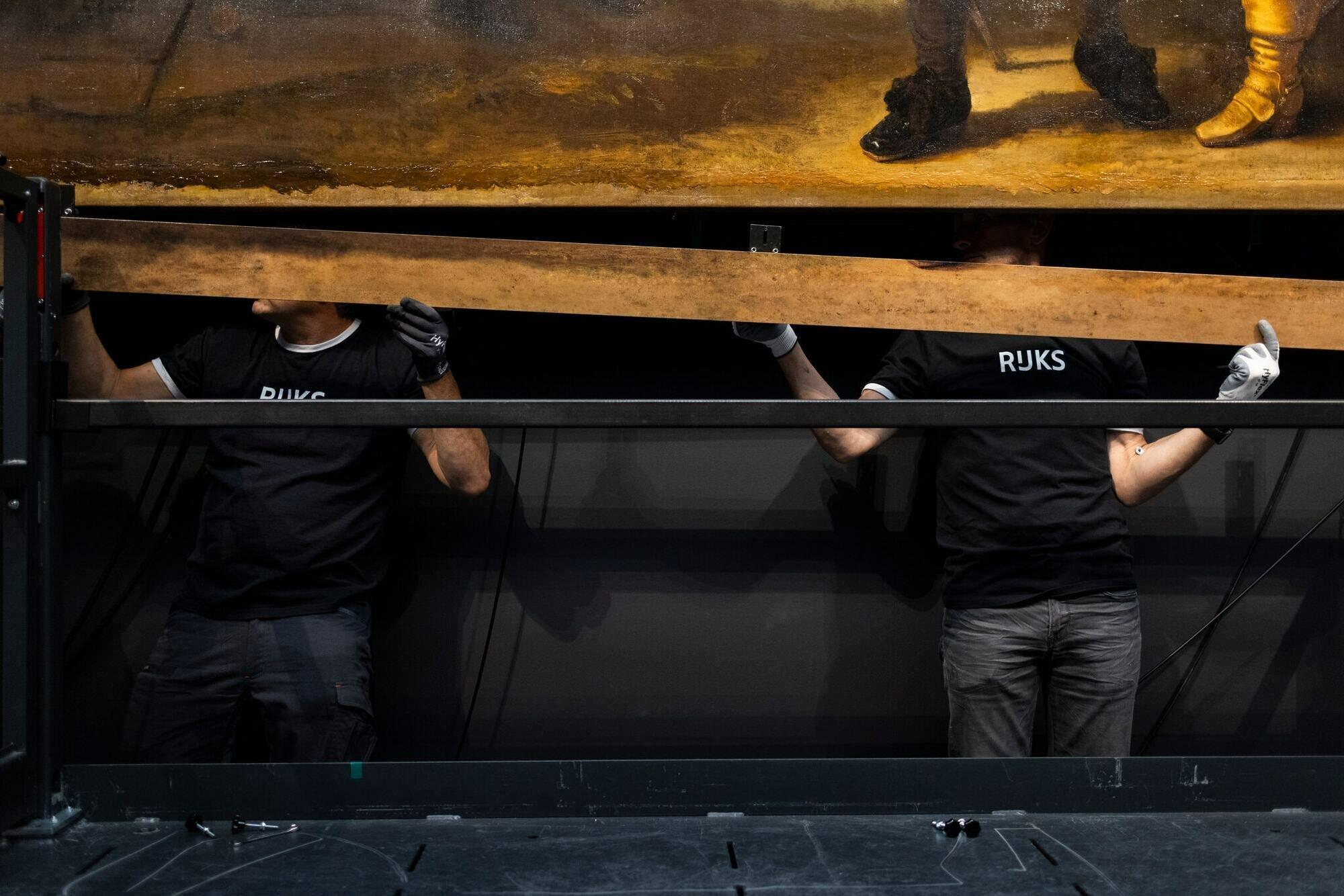 Восстановленные отрезанные части, повешенные рядом с оригиналом, дают представление о замысле Рембрандта