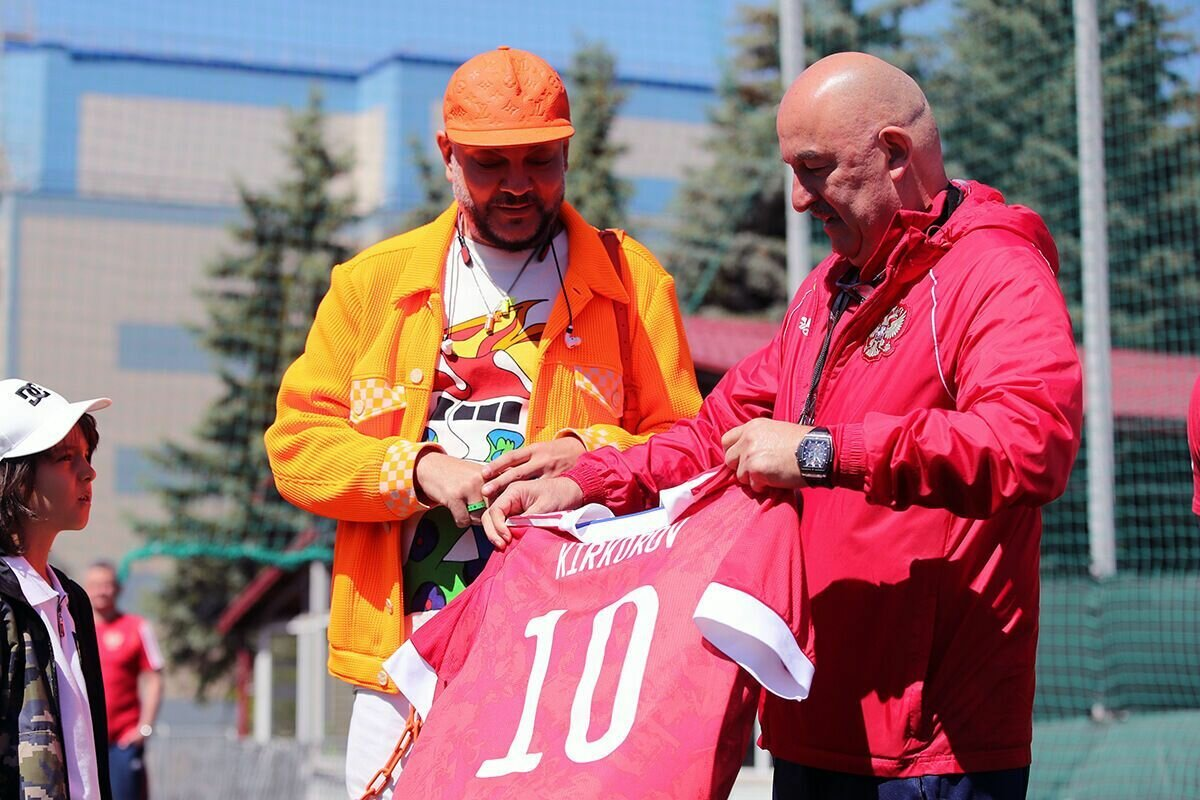 Киркорову подарили футболку сборной России.