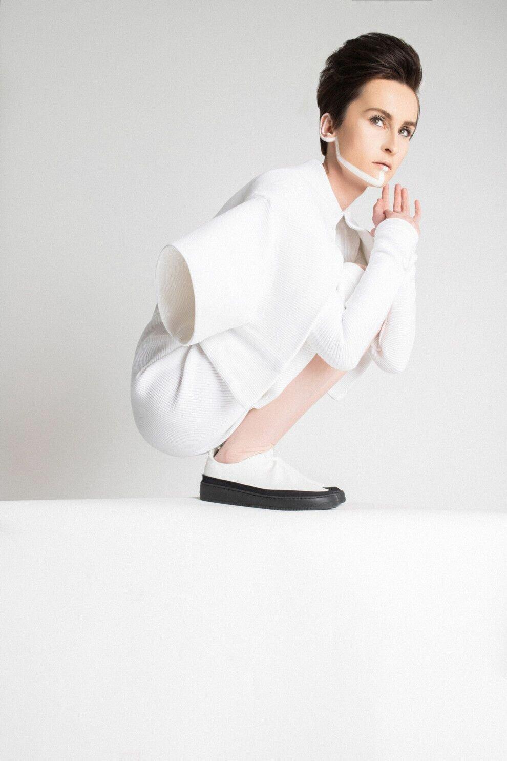 Павленко появилась в белоснежно костюме и с оригинальным макияжем