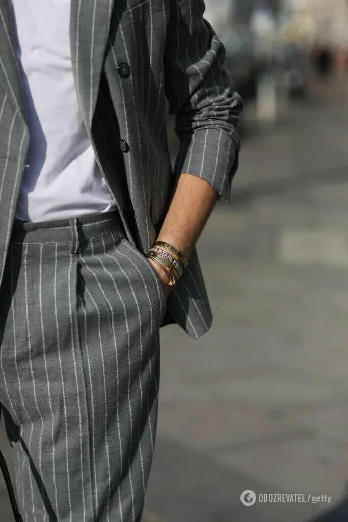 Также летом 2021 мужчины могут носить стильные серые костюмы из льна