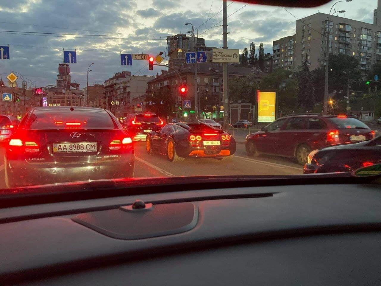 Один из 8 Bugatti Veyron Grand Sport Vitesse WRC в Киеве