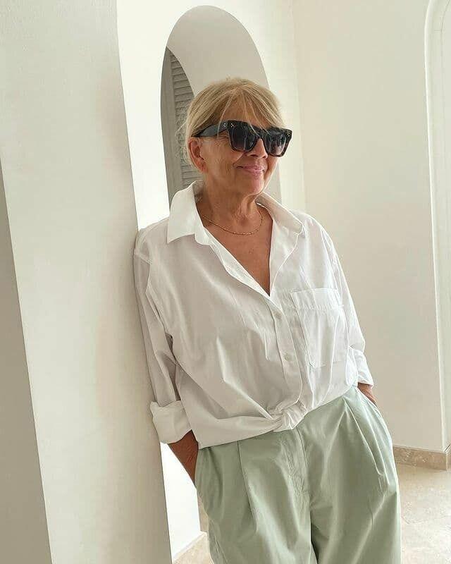 Мама Брежневой позировала на камеру в стильной белой рубашке