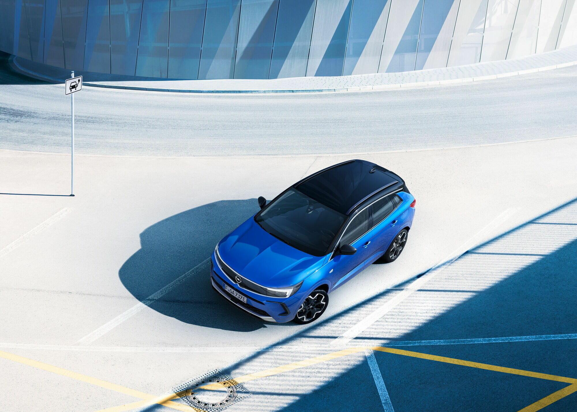Узнать новинку можно по новому дизайну передней части – Opel Vizor