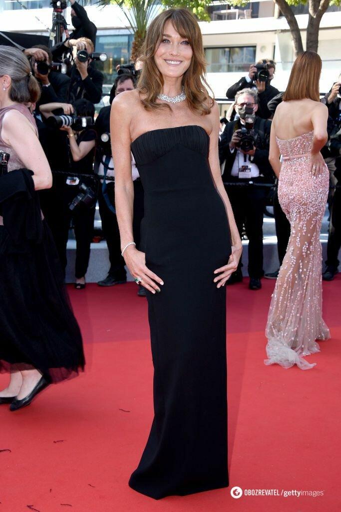 Карла Бруни выбрала классическое платье-футляр Saint Laurent