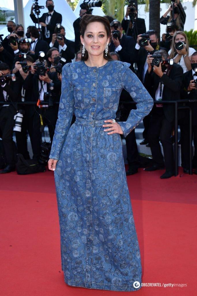 Марион Котийяр появилась на красной дорожке фестиваля в платье из денима