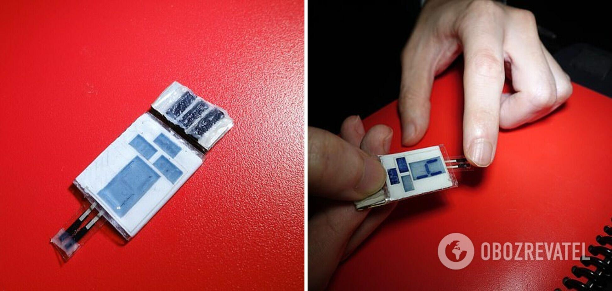 Зарядка оснащена электродами из угольной пены, которая поглощает пот пальцев