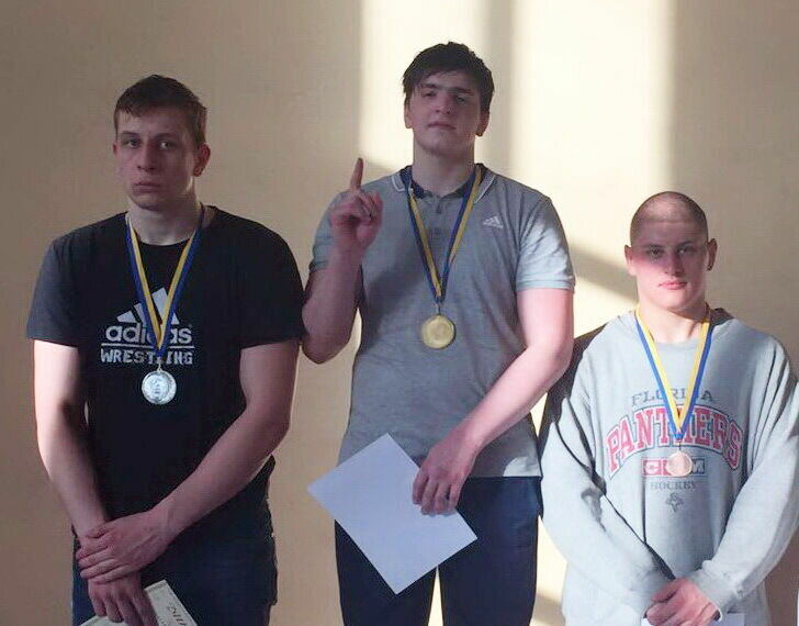 Магомед Закариев (в центре)