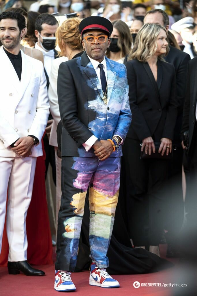 Спайк Ли появился перед публикой в кепке, любимых кроссовках Nike и темно-синем костюме