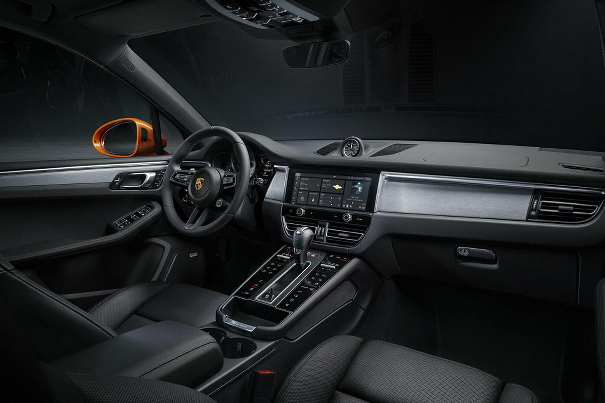 В салоне появился новый руль в стиле Porsche 911, а также новый центральный тоннель, на котором аналоговые кнопки уступили место сенсорным