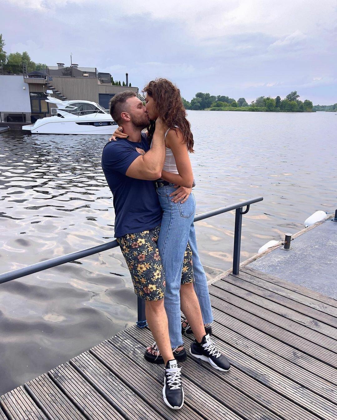 Михайло і Анна в пристрасному поцілунку.